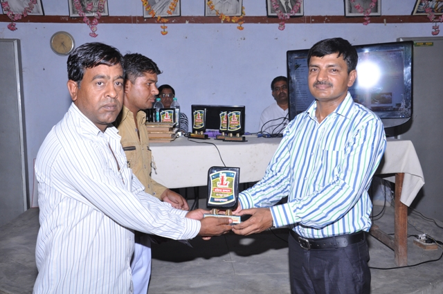 Nitu Swami Honured by K.K singh ( Branch Manager SBBJ )